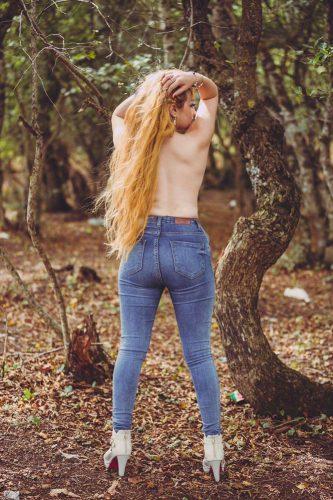 Cıvıl-cıvıl sakso çeken kız Elvan